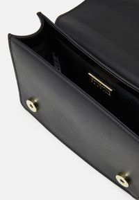 Versace Jeans Couture - CROSS BODY FLAP CHAINMACROLOGO - Umhängetasche - nero