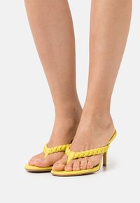 RAID - IMOGEN - Sandály s odděleným palcem - yellow - 0