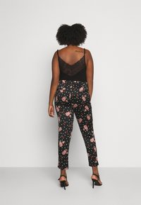 CAPSULE by Simply Be - PRINTED TAPERED TROUSERS - Bukse - black/coral - 2