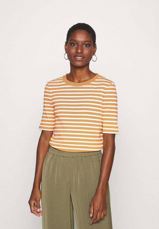 STRIPED - T-shirt z nadrukiem - ivy gold