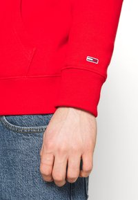 Tommy Jeans - LINEAR LOGO HOODIE UNISEX - Sweat à capuche - red - 6