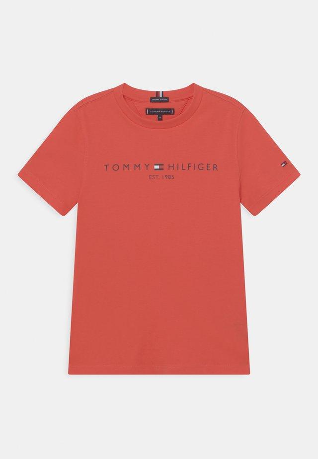 ESSENTIAL LOGO UNISEX - T-shirt med print - daring scarlet