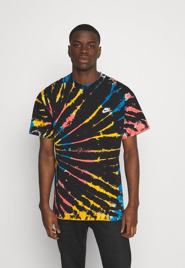 TEE TIE DYE - T-shirt z nadrukiem - black/bright crimson/white