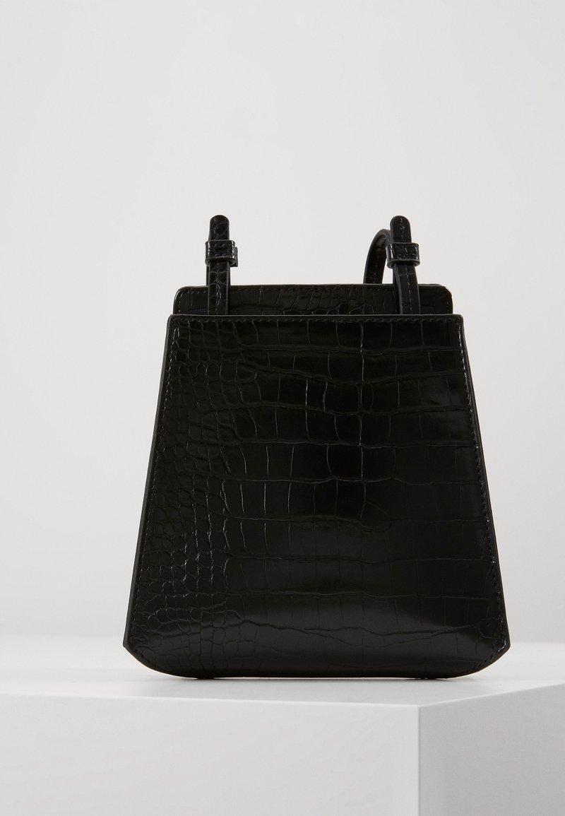 Who What Wear - PEYTON - Across body bag - black croco