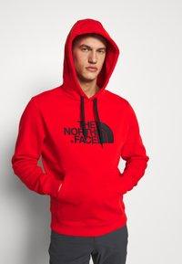 The North Face - DREW PEAK HOODIE - Bluza z kapturem - salsa red - 0