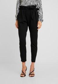 Vero Moda - VMEVA LOOSE SIDE PAPERBAG PANT - Pantalones - black - 0