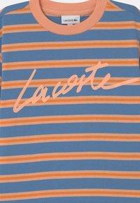 Lacoste - T-shirt med print - turquin blue/ledge/lantern orange - 2