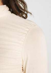 Lost Ink - RUCHED DETAIL LONG SLEEVE - T-shirt à manches longues - beige - 4