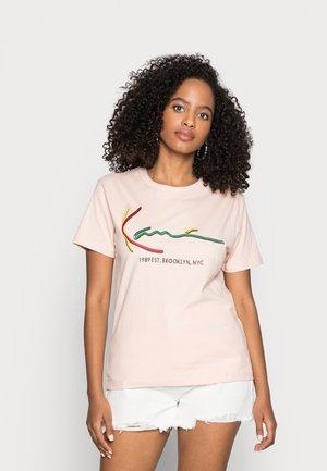 SIGNATURE BASIC TEE - Print T-shirt - rose