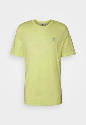 ESSENTIAL TEE - Camiseta básica - yellow tint