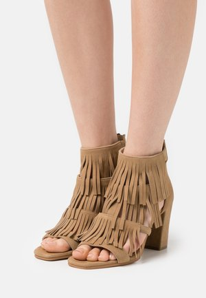 ELSIE - Sandals - chestnut