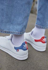 adidas Originals - STAN SMITH UNISEX - Trainers - footwear white/scarlet/crew blue - 2