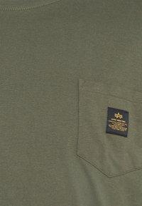 Alpha Industries - ALPHA POCKET  - Print T-shirt - dark olive - 2