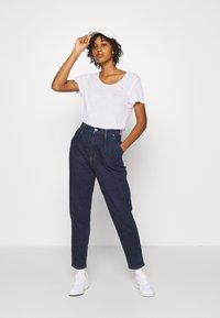 Tommy Jeans - REGULAR SCOOP NECK TEE - T-shirt basic - white - 1