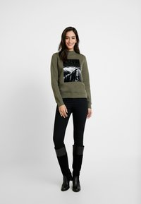 Calvin Klein Jeans - MOCK NECK - Sweatshirt - grape leaf - 1