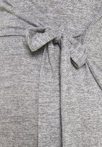 MAMALICIOUS - MLILA TESS DRESS - Pletené šaty - medium grey melange - 2