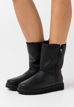 CLASSIC ZIP SHORT - Śniegowce - black