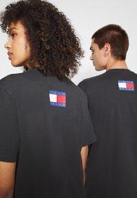 Tommy Jeans - ABO TJU X BEAVIS TEE UNISEX - T-Shirt print - blackout - 3
