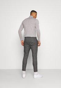 Only & Sons - ONSLINUS CROP CHECK PANTS - Trousers - grey melange - 2