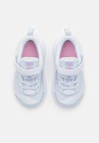Nike Performance - DOWNSHIFTER UNISEX - Juoksukenkä/neutraalit - football grey/multicolor/white/crimson tint - 3
