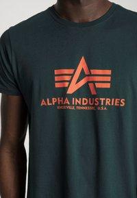 Alpha Industries - Printtipaita - petrol - 4