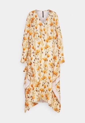 V NECK DRESS WITH PIN TUCKS AND BUTTONS - Denní šaty - poppy peach
