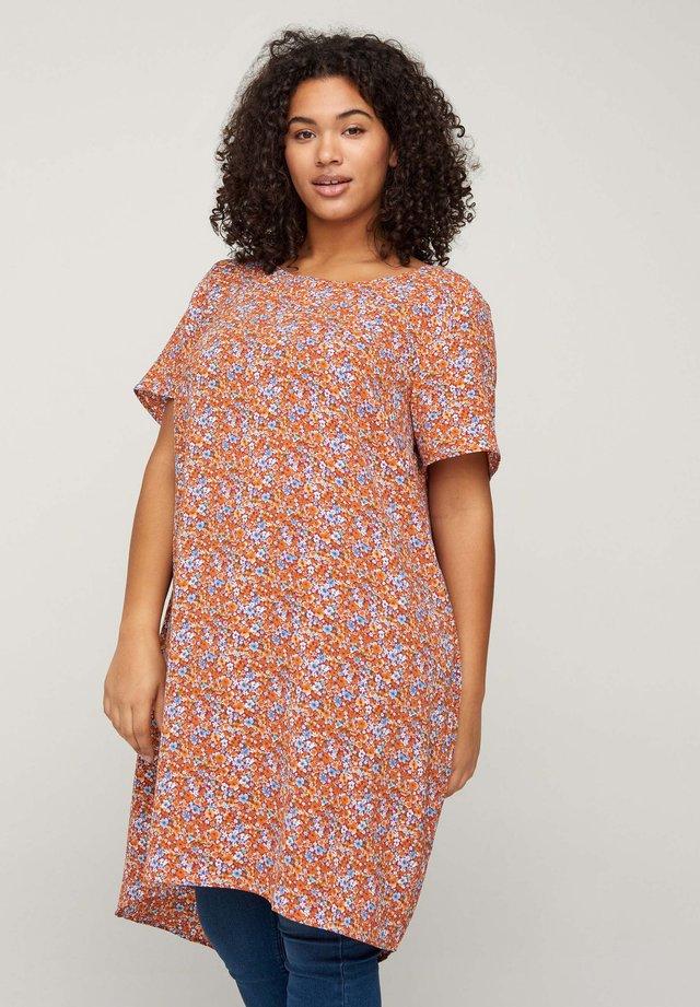 MIT KURZEN ÄRMELN - Korte jurk - orange flower aop