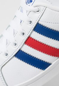 adidas Originals - COAST STAR - Sneakersy niskie - footwear white/collegiate royal/scarlet - 5