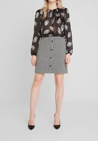 comma - KURZ - Mini skirt - houndstooth blazer - 0