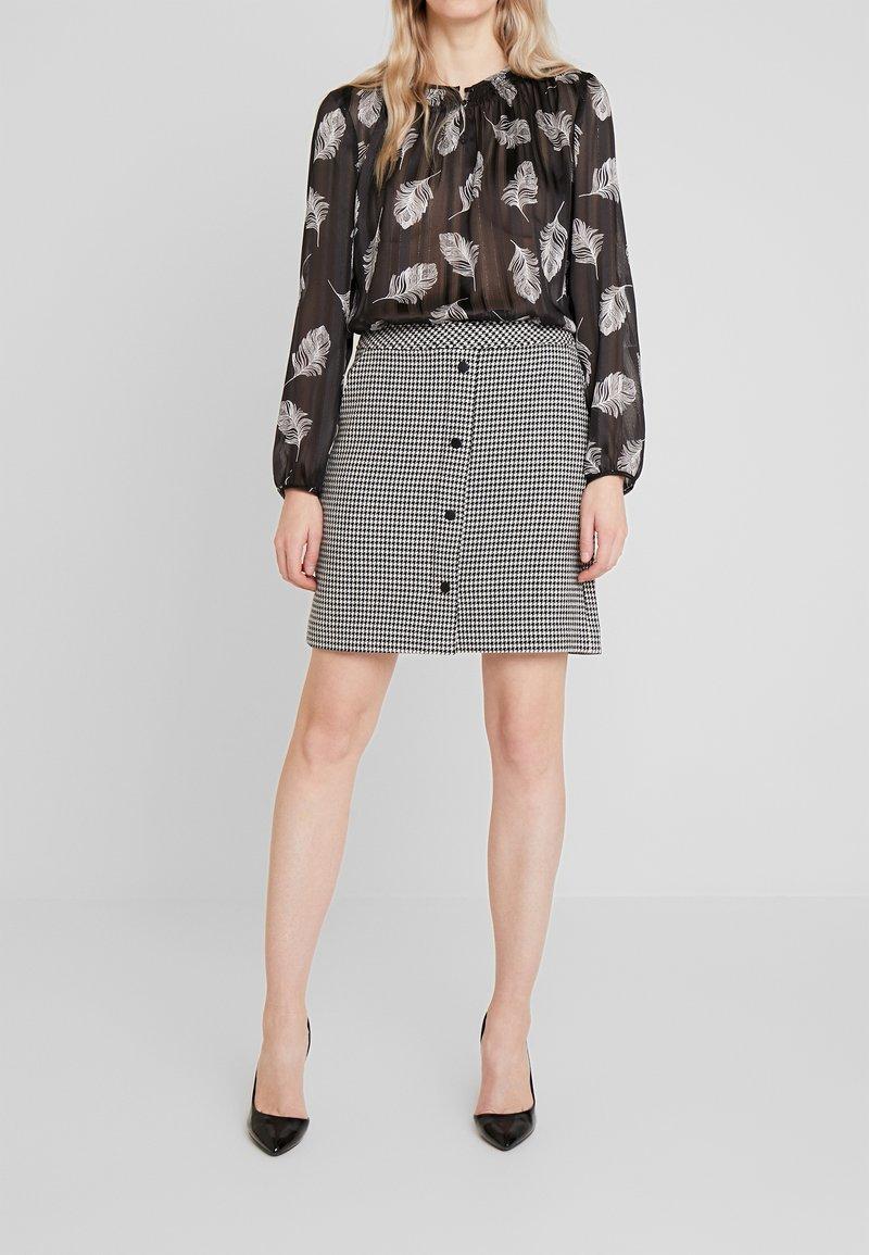 comma - KURZ - Mini skirt - houndstooth blazer