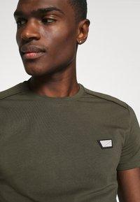Antony Morato - SUPER SLIM FIT - Basic T-shirt - green - 5