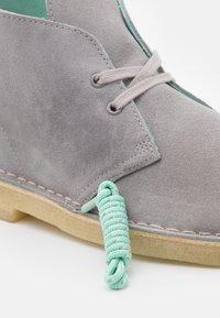 Clarks Originals - DESERT BOOT - Stringate sportive - grey combi - 5