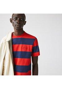Lacoste - Print T-shirt - bleu rouge - 2