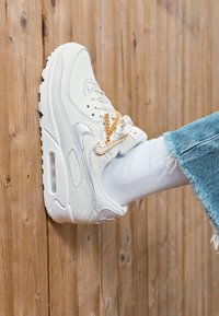 Nike Sportswear - AIR MAX 90 - Joggesko - summit white/dark beetroot/white/metalic gold - 2
