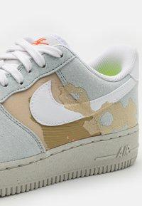 Nike Sportswear - AIR FORCE 1 '07 LX M2Z2 - Joggesko - photon dust/team orange - 7