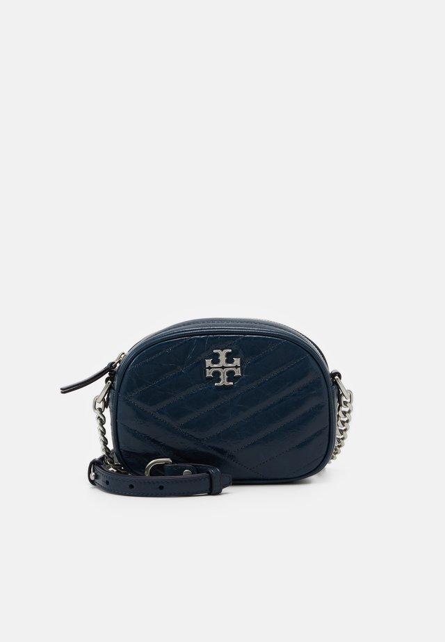 KIRA CHEVRON TEXTURED SMALL CAMERA BAG - Sac bandoulière - federal blue