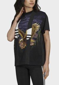 adidas Originals - Dry Clean Only xGRAPHIC TEE - T-shirt imprimé - black - 3