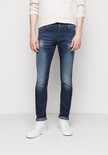BRADY PANT - Slim fit jeans - blue