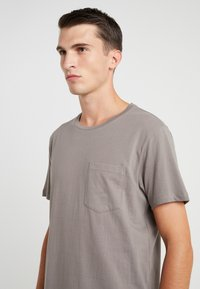 Club Monaco - WILLIAMS - T-shirt - bas - fossil beige - 4