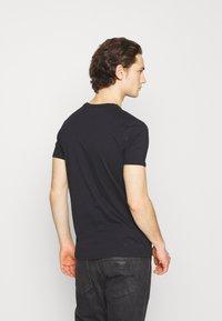 Ellesse - HEBBER - T-shirt z nadrukiem - black - 2