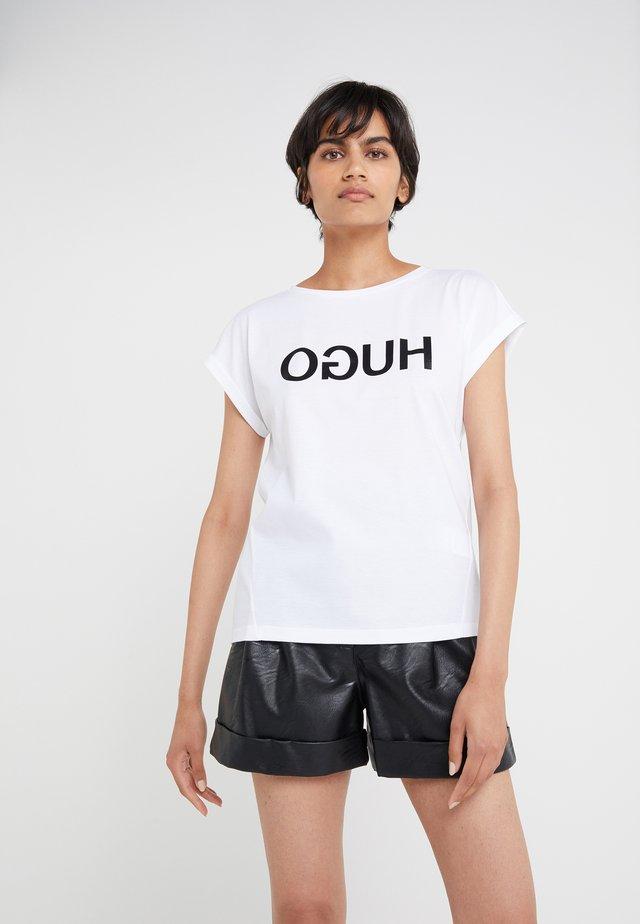 DENNALIS - T-Shirt print - white