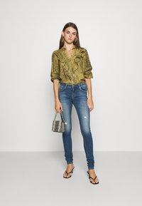 ONLY - ONLCARMEN LIFE  - Jeans Skinny Fit - medium blue denim - 1