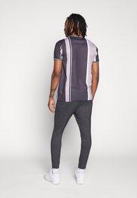 CLOSURE London - TEXTURED STRIPE TROUSER - Pantalones deportivos - grey - 2