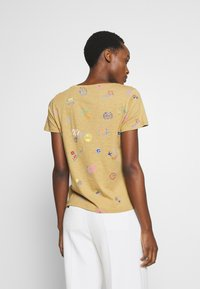 J.CREW - ALLOVER TRAVEL TAGS TEE - Print T-shirt - honey brown - 2