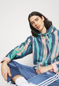 adidas Originals - UNISEX - Sweatshirts - vapour pink/multicolor - 3