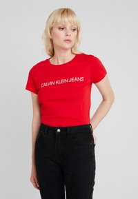 Calvin Klein Jeans - INSTITUTIONAL LOGO SLIM FIT TEE - Triko spotiskem - barbados cherry/soothing sea - 0