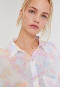 PULL&BEAR - MIT TIE-DYE - Button-down blouse - white - 4