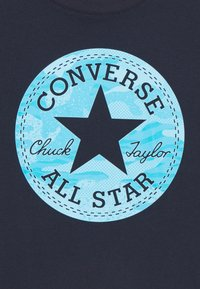 Converse - SHORT SLEEVE CHUCK PATCH GRAPHIC UNISEX - Camiseta estampada - obsidian - 2