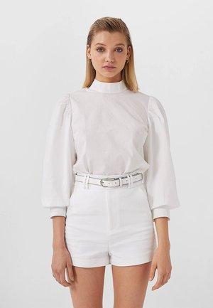 MIT GÜRTEL - Shorts - white