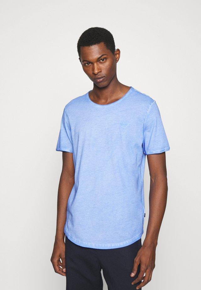 CLARK - Jednoduché triko - light pastel blue